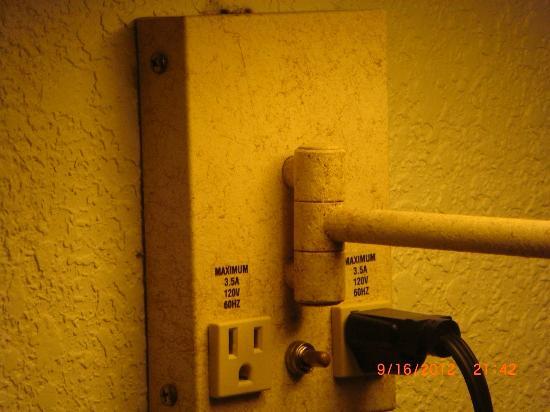 Days Inn Hilton Head : Rust and cobwebs on light fixture in room
