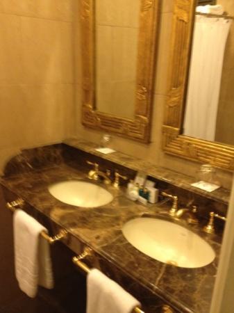 Claridge Hotel: baño