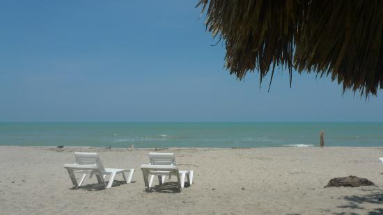 Hotel Hukumeizi: Las tumbonas del hotel en la playa...