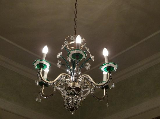 I Tre Moschettieri Luxury Guest House: Chandelier that hangs over the bed