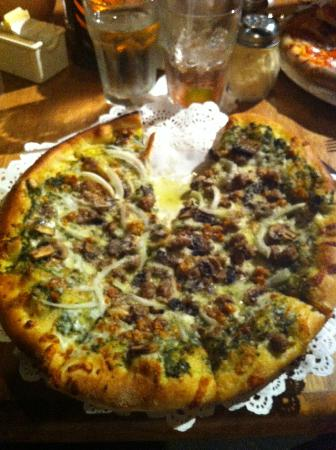 Kula Lodge: Fresh pesto, Italian sausage, Maui onions and mushrooms