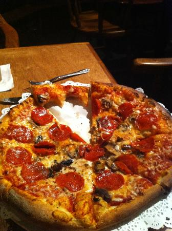 Kula Lodge: Traditional with pepperoni and mushrooms
