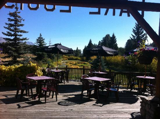 Lake Louise Station Restaurant : Sunny patio and pretty gardens