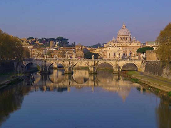 Peterskyrkan: Early morning view of St. Peters from the Tiber River