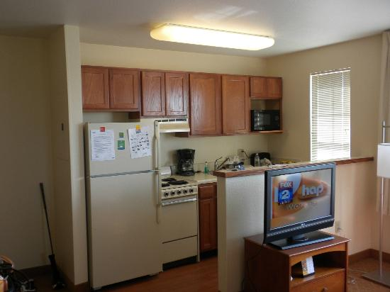 TownePlace Suites Detroit Sterling Heights: Kitchen