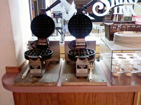 Shilo Inn Suites Mammoth Lakes: Yay! The waffle-makers are back!