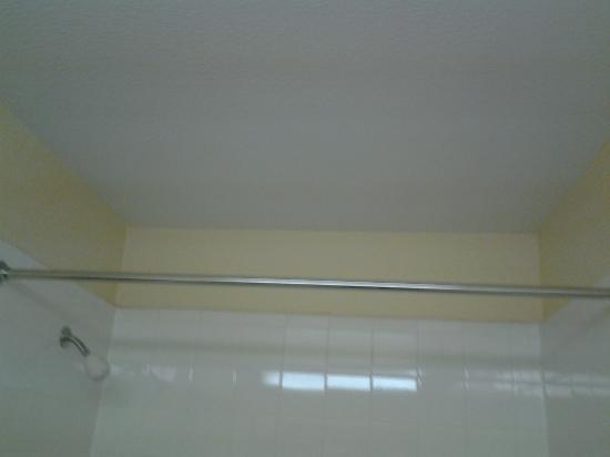 Extended Stay America - Kansas City - Shawnee Mission: No shower curtain in room 112