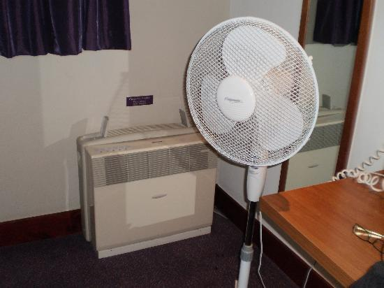 "Premier Inn London Kew Hotel: STRANGE AIR ""CONDITIONER "" WITH FAN SUPPORT !!"