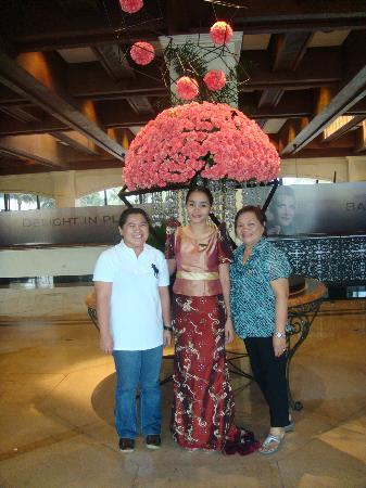 Sofitel Philippine Plaza Manila: lobby greeters