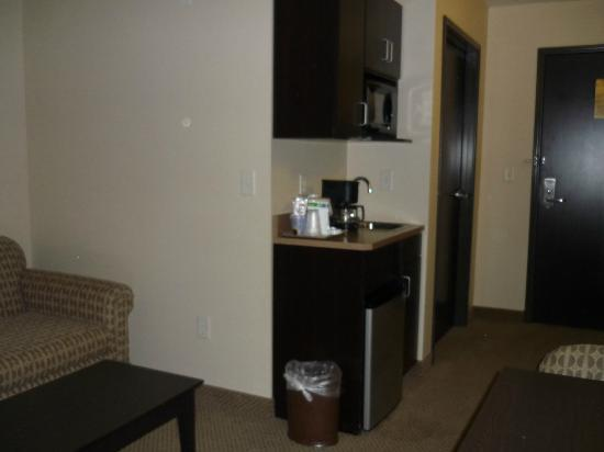 Holiday Inn Express & Suites Sioux Falls - Brandon: Bar in suite with micro and fridge
