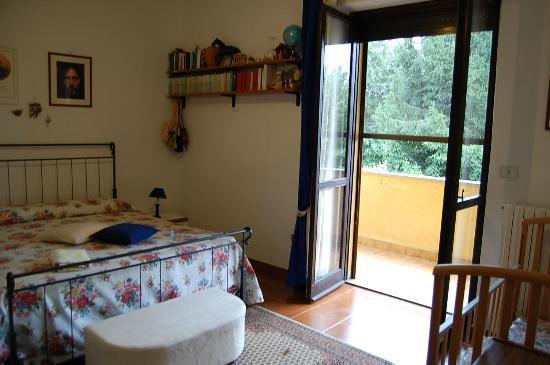 """B&B L'Arcobaleno : """"Blu """" con vista balcone e piccolo giardino,solarium"""