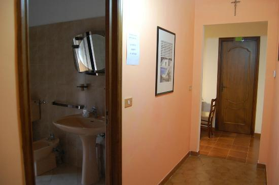 B&B L'Arcobaleno : corridoio B&B con bagno e , sullo sfondo saletta colazione