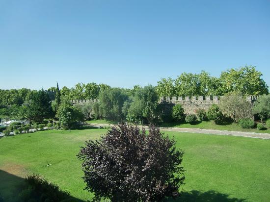 M'AR De AR Muralhas: Vista del parque municipal integrado en el hotel, a la izquierda la piscina, al fondo las murall