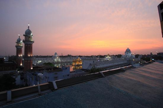 Akal Takht : View from the terrace of Hotel CJ International - mindblowing in the dusk