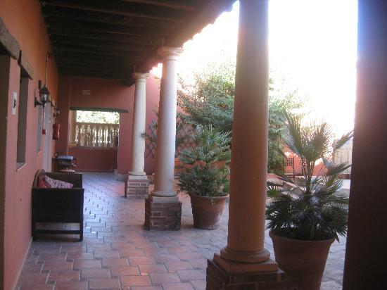 Hotel Molino del Puente Ronda: Part of a courtyard area.
