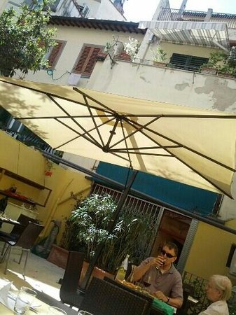 Tiberio Trattoria: giardino esterno