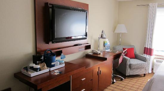 Four Points by Sheraton Victoria Gateway: Bigger t.v. than at home.