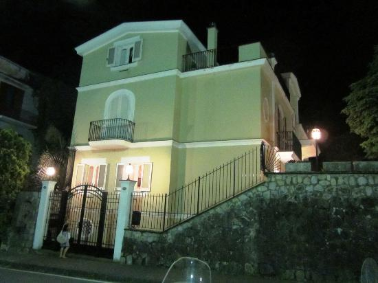 Villa Adriana Guesthouse Sorrento: Night view from street
