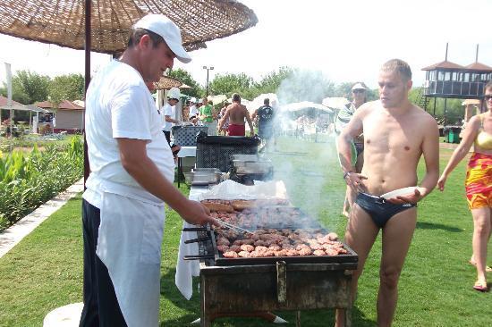 Labada Beach Hotel : обед на улице -пикник -карнавал