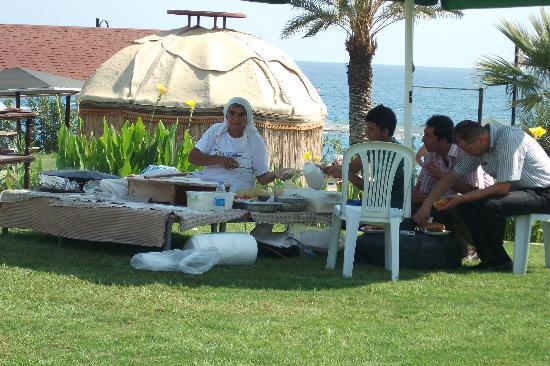 Labada Beach Hotel : печет лепешки ГЕЗЛЕМЕ, (ничего особенного) но попробовать надо