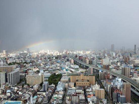Hotel Osaka Baytower: お部屋から大阪一望、雨上がりの虹が見えました。