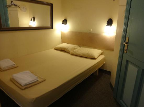The Jerusalem Hostel: 別館。 部屋はベッドでいっぱい。