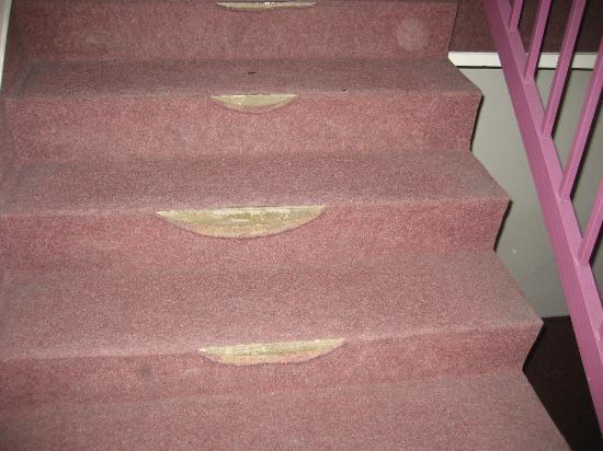 Fortuna City: Treppenaufgang mit kaputtem Bodenbelag