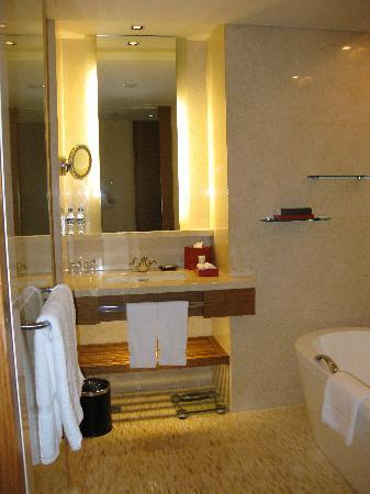 InterContinental Asiana Saigon : Bathroom with separate rain shower and bathtub