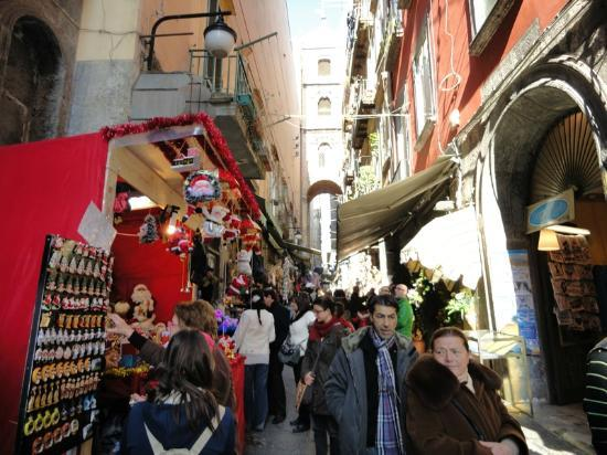 B&B Il Campanile Napoli: esterno b&b via san gregorio armeno