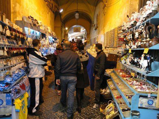 B&B Il Campanile Napoli: negozio tipico interno palazzo b&b