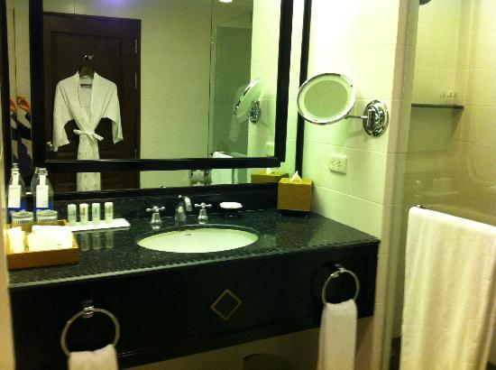 The Athenee Hotel, a Luxury Collection Hotel, Bangkok: Bathroom