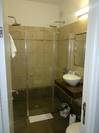 Zimmer Mantur: Sauberes Bad mit Doppeldusche