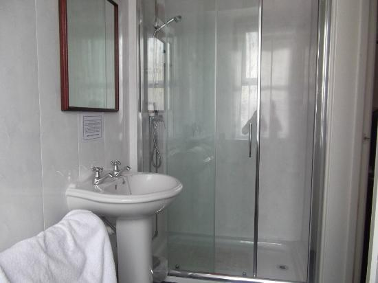 Seascape Hotel : Large walk in shower cubicle