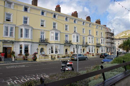 Merrion Hotel: Picture of hotel from over the road