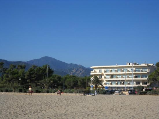 Hotel Plage des Pins : Hotel from the beach