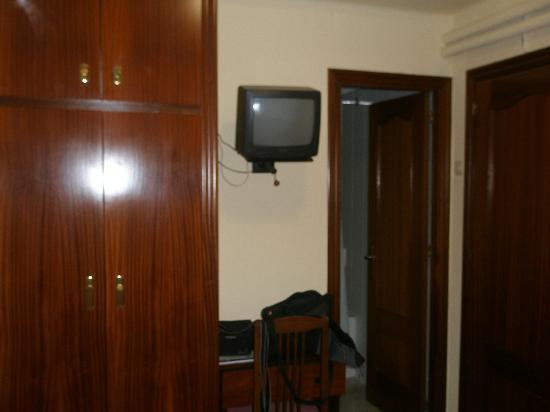 Hotel Canada : la minitele, de esas con dos mandos para TDT y tele...