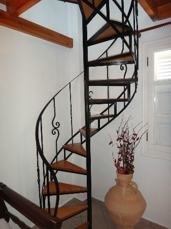 Reverie Santorini Hotel: The spiral stairs that will take u up to the double bed
