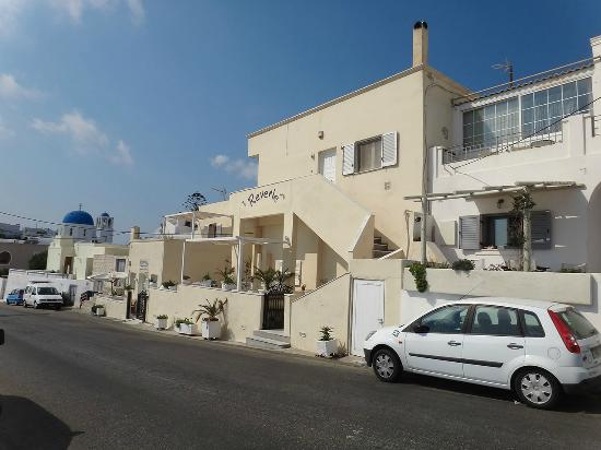 ‪رفيري تراديشونال أبارتمينتس: The hotel is along the main road from Fira to Oia, very conveniently located and easy to find.‬