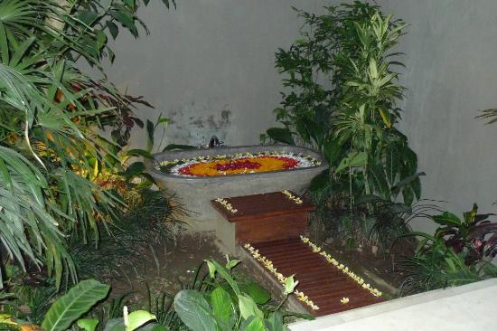 Amori Villas: Outdoor bath tub with fresh flowers