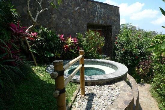 Amori Villas: Jacuzzi area