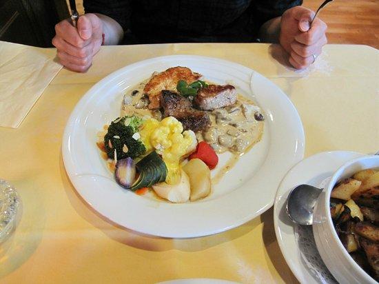 Restaurant Gutshof: Mixture of meat (turkey, chicken, pork) dish with potato side