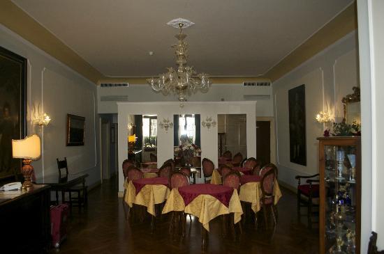 Locanda Sant'Agostin: entrée de l'hôtel et petit espace pour le déjeuner