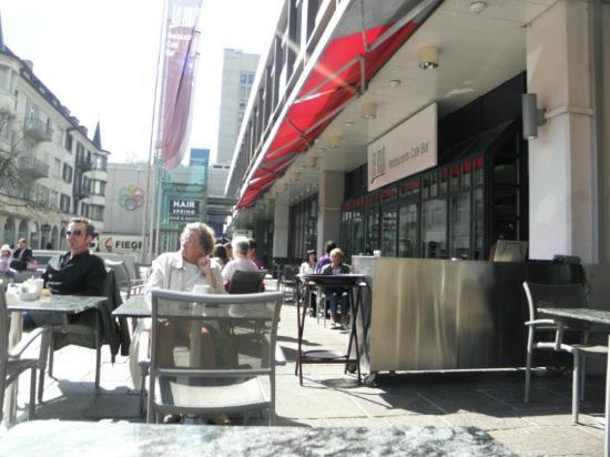Le muh: Sitting outside, enjoying the sunshine