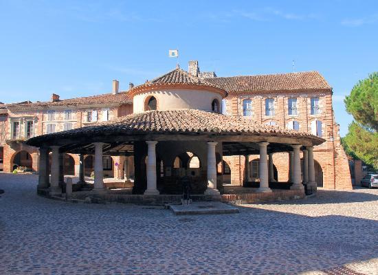 Le Farat: Market square in nearby Auvillar