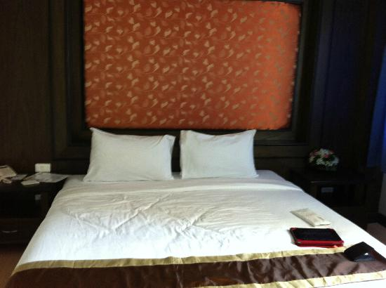 Piyaporn Pavilion Hotel: The bed hard but comfy