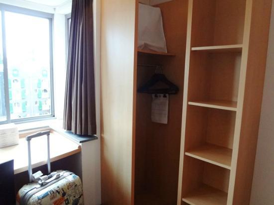 โรงแรมไอบิส อัมสเตอร์ดัมซิตี้สโตเปอราโฮเต็ล: shelf/ storage