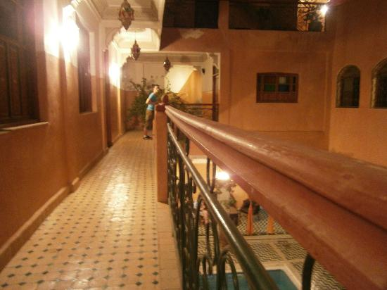 Riad Amssaffah: Balcony at front entrance of room