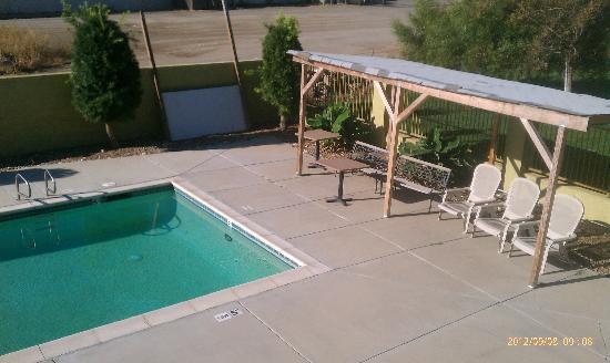 Econo Lodge: 朝のプールが気持ち良かったです。 カリフォルニア旅行には水着が必需品ですよ。