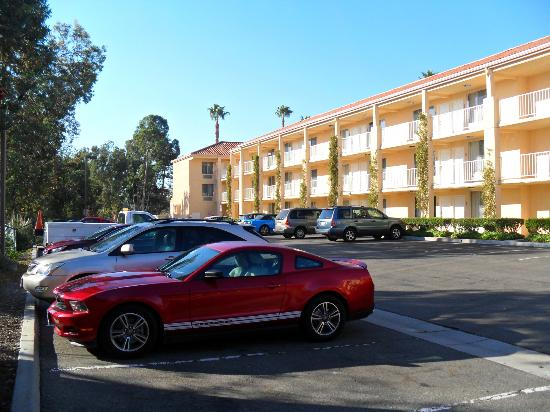 Radisson Hotel San Diego - Rancho Bernardo: Hotel outside + Parking