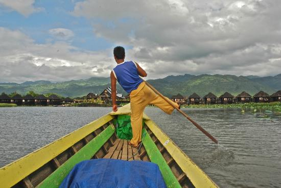 Myanmar Treasure Inle Lake : Our 'oarsman' bringing us into the hotel from the 'gate'.